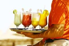 Las bebidas en la playa - goce Imagenes de archivo