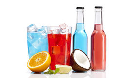 Las bebidas exóticas del alcohol fijaron con la naranja y el coco foto de archivo
