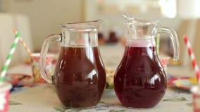Las bebidas frescas del verano en jarras sirvieron en la tabla almacen de video
