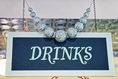Las bebidas platean con el adornamiento y bolas de plata Foto de archivo libre de regalías