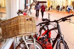 Las bicicletas colocan la pared cercana en la calle en ciudad holandesa Foto de archivo libre de regalías