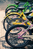 Las bicicletas coloridas se colocan en fila en un estacionamiento Imágenes de archivo libres de regalías
