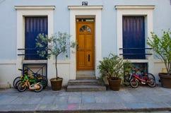 Las bicicletas de Children's se parquean fuera de su hogar en Rue Cremieux en París Imagen de archivo