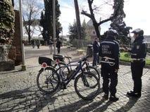 Las bicicletas del guardia de los policías de la ciudad de Roma Foto de archivo