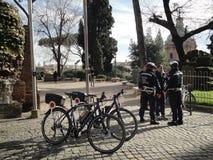 Las bicicletas del guardia de los policías de la ciudad de Roma Fotos de archivo libres de regalías