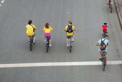 Las bicicletas del paseo de la gente y cruzan la línea Imagen de archivo libre de regalías