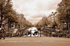 Las bicicletas en un puente en la Amsterdam se centran Fotografía de archivo