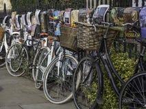 Las bicicletas encadenadas para arriba contra un metal cercaron la cerca con barandilla imagenes de archivo