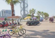 Las bicicletas públicas y las vespas eléctricas del triciclo están disponibles para que la gente pida prestada o alquile para el  imagen de archivo