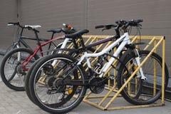 Las bicicletas se colocan en el estacionamiento, vista delantera fotos de archivo libres de regalías