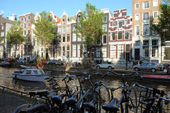 Las bicicletas se parquean cerca del canal en Amsterdam Imágenes de archivo libres de regalías
