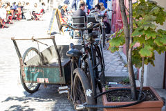 Las bicicletas viejas se cerraron para arriba en una acera de París Fotografía de archivo libre de regalías