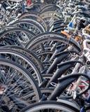 Las bicis apilaron profundamente en una estación de tren en Haarlem Imagenes de archivo