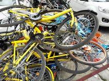 Las bicis compartidas se apilan en una pila Imagen de archivo