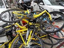 Las bicis compartidas se apilan en una pila Fotos de archivo libres de regalías