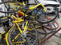 Las bicis compartidas se apilan en una pila Fotografía de archivo