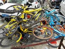 Las bicis compartidas se apilan en una pila Foto de archivo libre de regalías