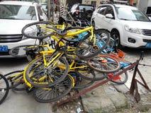 Las bicis compartidas se apilan en una pila Imagen de archivo libre de regalías