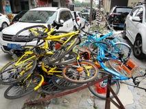 Las bicis compartidas se apilan en una pila Fotos de archivo