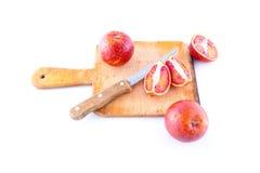 Las bio naranjas sangrientas cortaron por la mitad en una placa Imagen de archivo