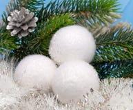 Las bolas blancas del Año Nuevo. Todavía de la Navidad vida Fotos de archivo libres de regalías