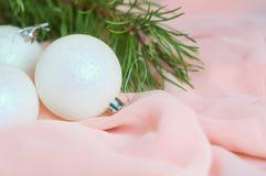 Las bolas blancas del Año Nuevo y de la Navidad en un rosa Fotos de archivo