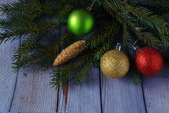 Las bolas coloreadas de la Navidad con el abeto ramifican en el bosque Imagen de archivo libre de regalías