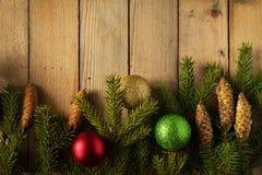 Las bolas coloreadas de la Navidad con el abeto ramifican en el bosque Foto de archivo