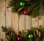 Las bolas coloreadas de la Navidad con el abeto ramifican en el bosque Foto de archivo libre de regalías