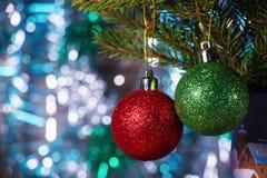 Las bolas coloreadas de la Navidad con el abeto ramifican en el bosque Fotografía de archivo libre de regalías