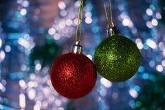 Las bolas coloreadas de la Navidad con el abeto ramifican en el bosque Imagenes de archivo