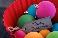 Las bolas coloridas de la Navidad y casan la Navidad Fotografía de archivo libre de regalías