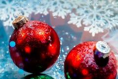 Las bolas congeladas de lujo del Año Nuevo con el agua helada caen el bokeh Imagenes de archivo