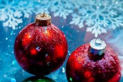 Las bolas congeladas de lujo del Año Nuevo con el agua helada caen el bokeh Imagen de archivo