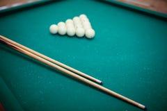 Las bolas de billar y dos señales bajo la forma de triángulo en la tabla de billar están listas para el juego Foto de archivo libre de regalías