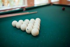 Las bolas de billar y dos señales bajo la forma de triángulo en la tabla de billar están listas para el juego Fotografía de archivo