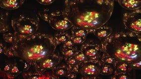 Las bolas de espejo reflejan los rayos de luces coloreadas libre illustration