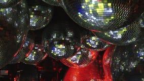 Las bolas de espejo reflejan los rayos de luces coloreadas almacen de metraje de vídeo