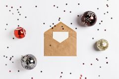 Las bolas de la composición de la decoración del sobre de la tarjeta de felicitación de la Navidad brillan las estrellas Fotografía de archivo