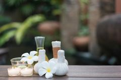 Las bolas de la compresa del masaje del balneario y el balneario tailandeses de la sal se opone en la materia textil foto de archivo libre de regalías