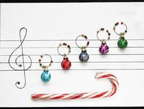 Las bolas de la decoración de la Navidad se arreglan en un trozo de papel como notas de la música Imágenes de archivo libres de regalías