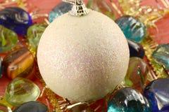 Las bolas de la Navidad con las piedras fijaron, tarjeta de la invitación del día de fiesta Foto de archivo