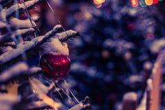 Las bolas de la Navidad cuelgan en el árbol de navidad, un día de fiesta en invierno Foto de archivo