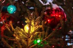 Las bolas de la Navidad cuelgan en el árbol de navidad, una decoración hermosa por el Año Nuevo Foto de archivo