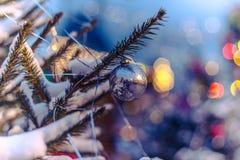 Las bolas de la Navidad cuelgan en el árbol de navidad, una decoración hermosa por el Año Nuevo Fotografía de archivo libre de regalías