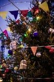 Las bolas de la Navidad cuelgan en el árbol de navidad, una decoración hermosa por el Año Nuevo Imagen de archivo libre de regalías