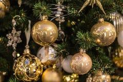 Las bolas de la Navidad cuelgan en el árbol de navidad, una decoración hermosa por el Año Nuevo Fotografía de archivo