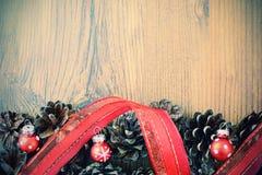 Las bolas de la Navidad en conos del pino con el espacio pn de la copia rematan Imagen de archivo