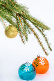Las bolas de la Navidad y el abeto verde ramifican en fondo de la nieve Foto de archivo