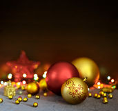 Las bolas de la Navidad y las decoraciones amarillas y rojas del día de fiesta están en la tabla Fotos de archivo